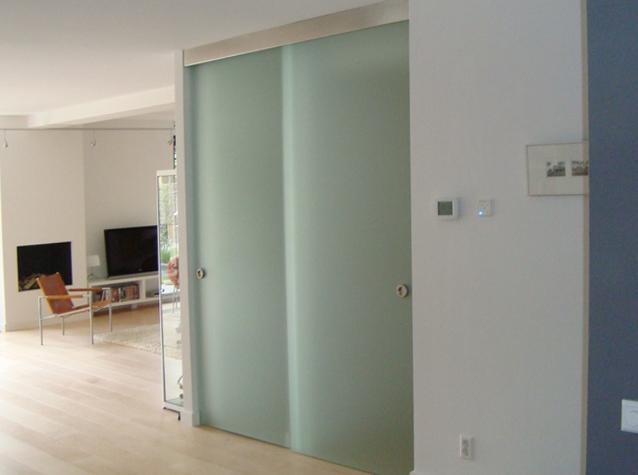 Glazen badkamer deur laat u glazen deur plaatsen door buysglas - Credence glazen badkamer ...